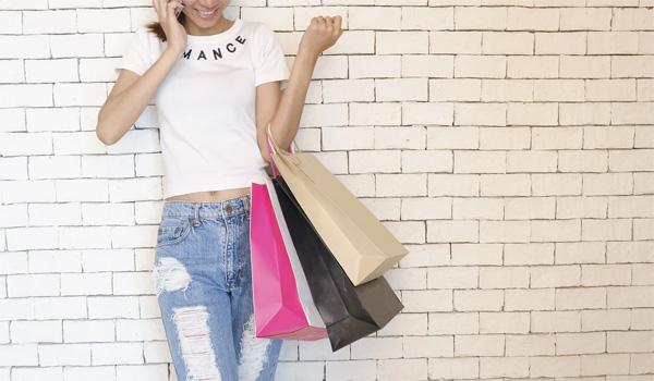 買い物しながら電話する女性