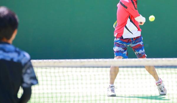 テニスデートするカップル