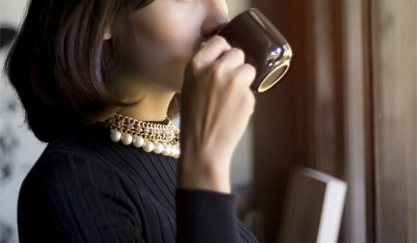 コーヒーを飲む美人系お姉さん